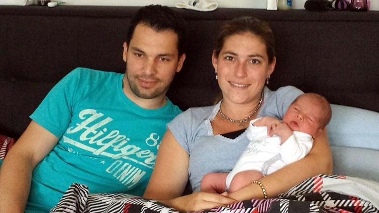 Ouders robbie en marieke en baby tim foto laura kuijpers
