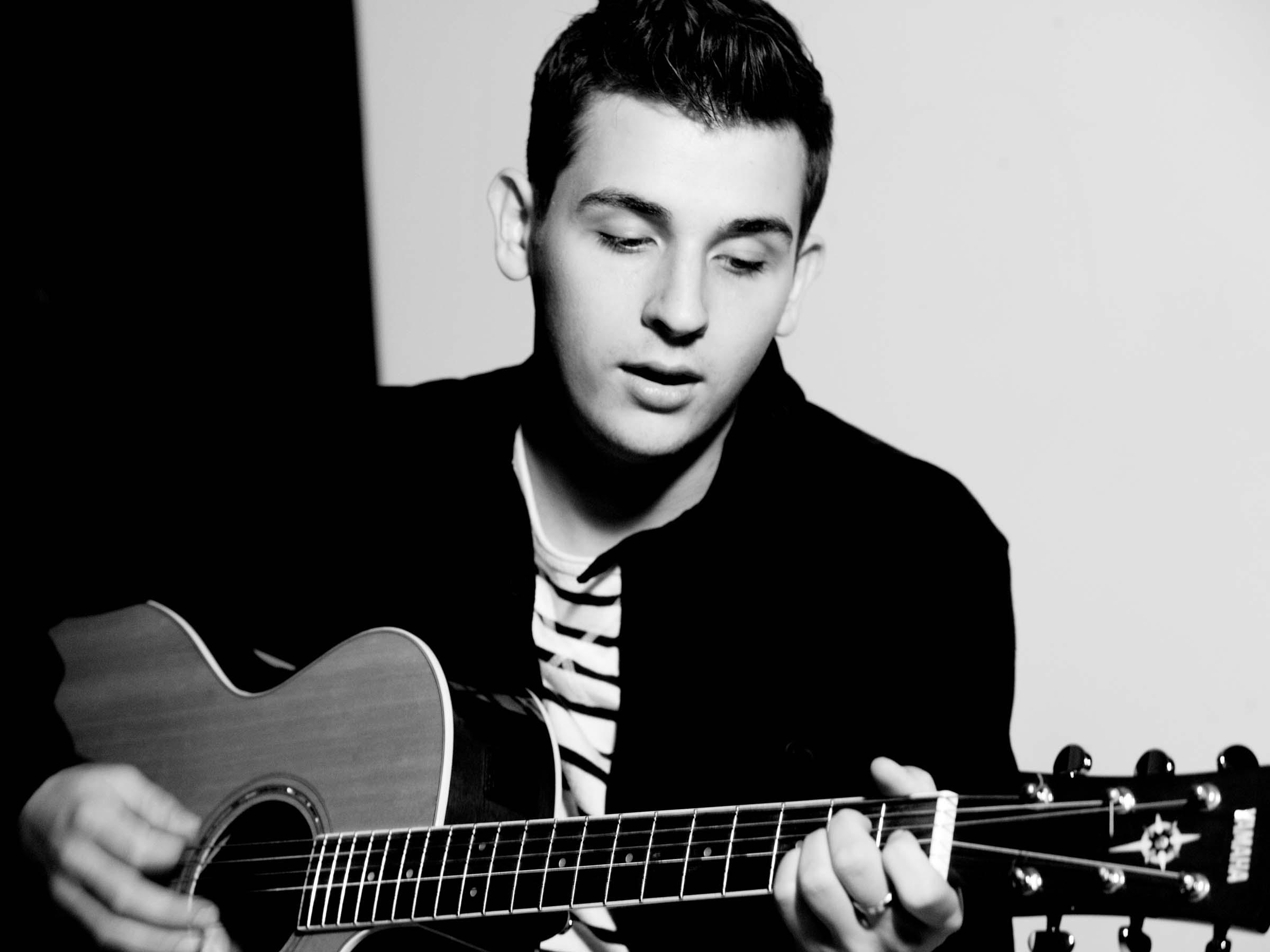 Nielson met gitaar persfoto qmusic.be6