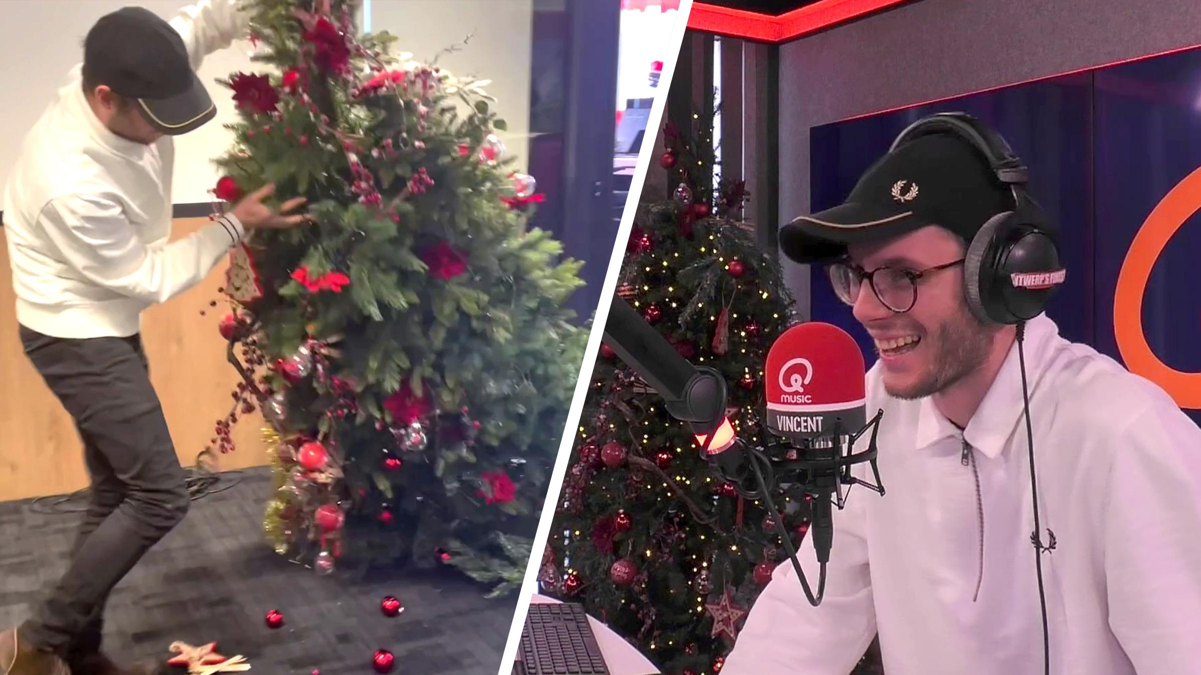 Vincent knettert kerstboom buiten