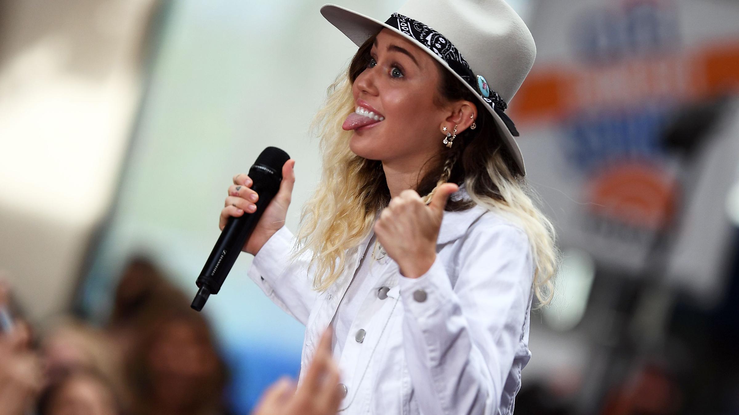 Miley duim tease