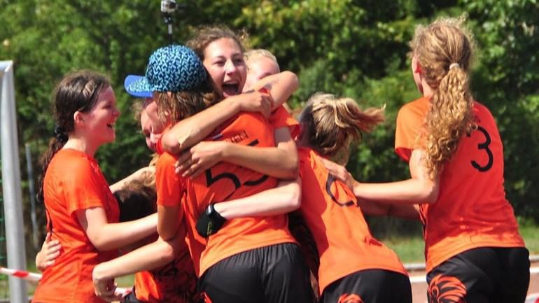 De meisjes van het nederlandse ultimate frisbee onder 17 team foto martine bootsma