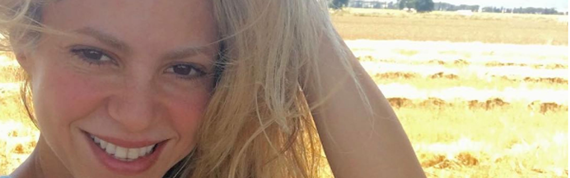 Shakira selfie header